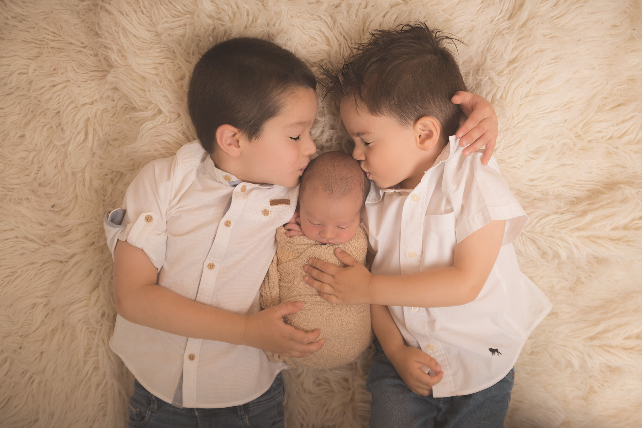 photo de bébé avec frères en shooting sur Lille