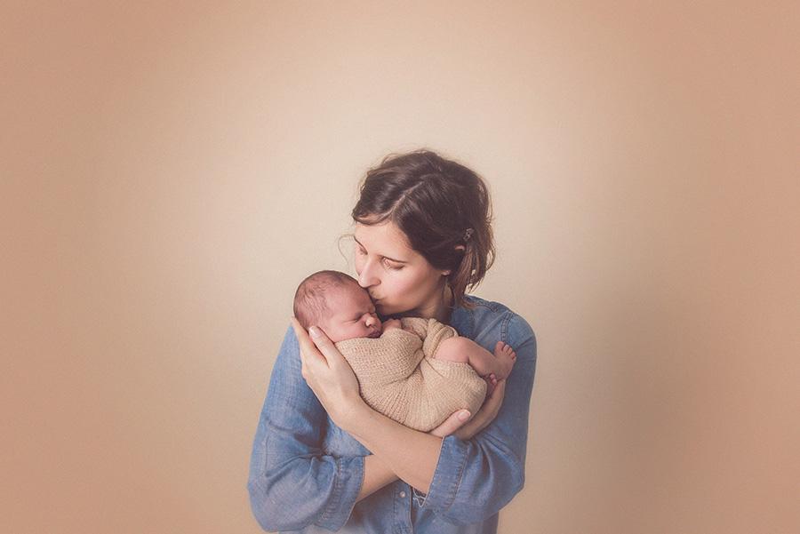 seance photo de naissance en studio avec maman bébé bisou photographe de nouveau né sur tourcoing nord lille - one moment photographie
