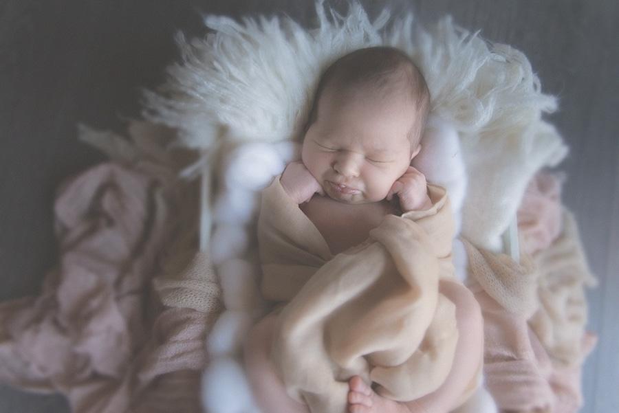 seance photo de naissance en studio photographe bébé famille nouveau né sur tourcoing nord lille - one moment photographie - 2