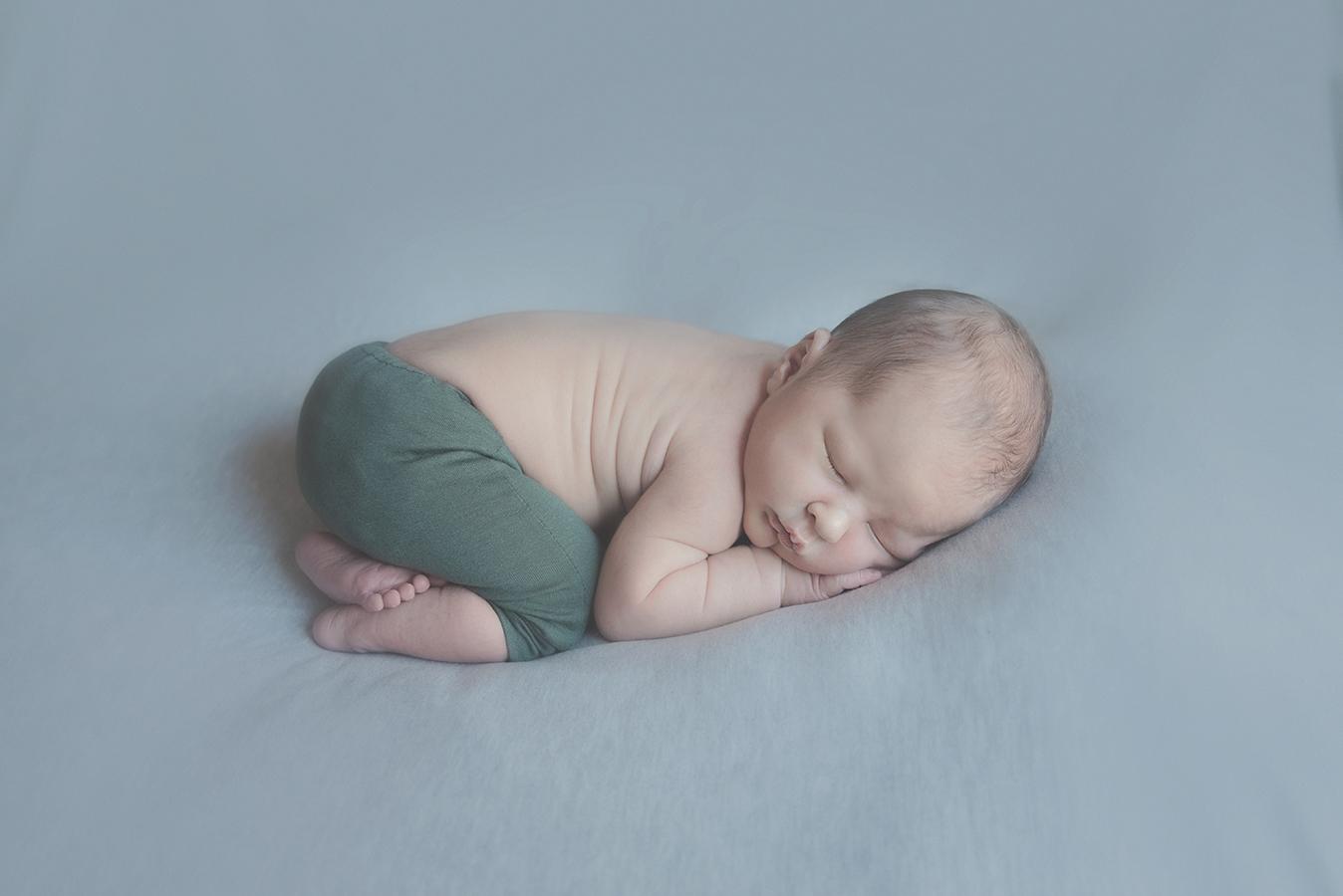 seance photo de naissance en studio photographe de nouveau né sur tourcoing lille - one moment photographie