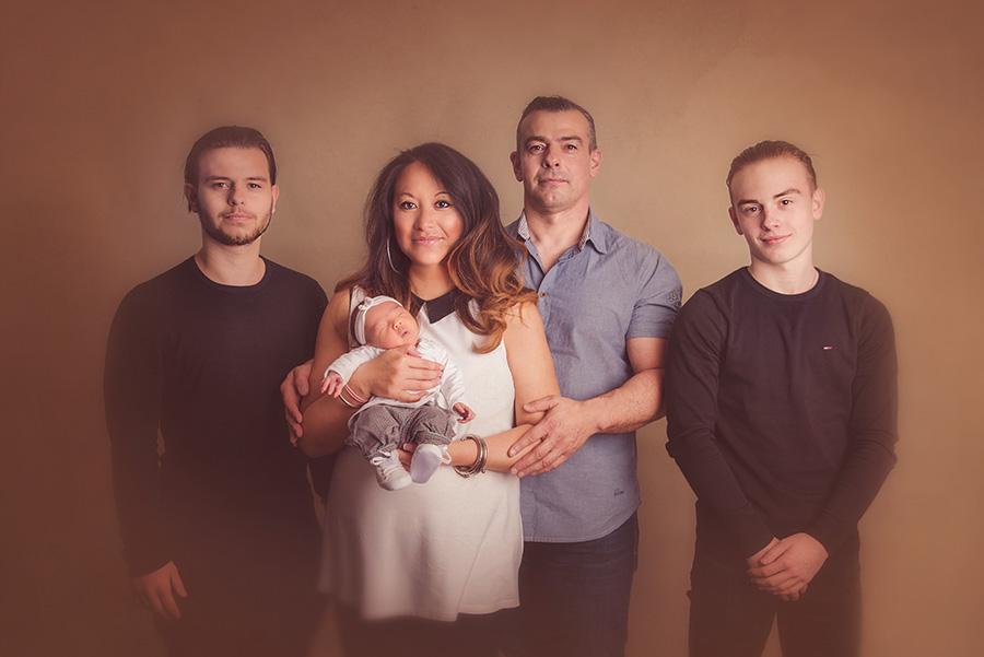 shooting naissance avec famille en studio sur tourcoing photographe nord one moment photographie