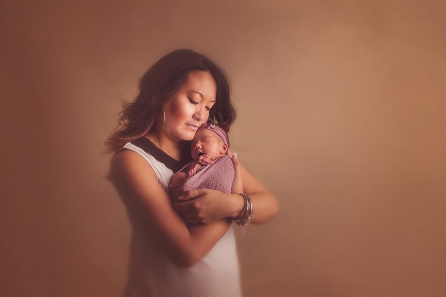 portrait naissance avec maman en studio sur tourcoing photographe nouveau né nord one moment photographie