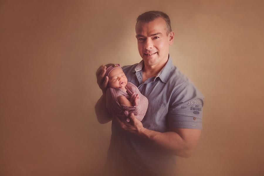 photo bébé avec papa en studio sur tourcoing photographe nouveau né nord one moment photographie (1)