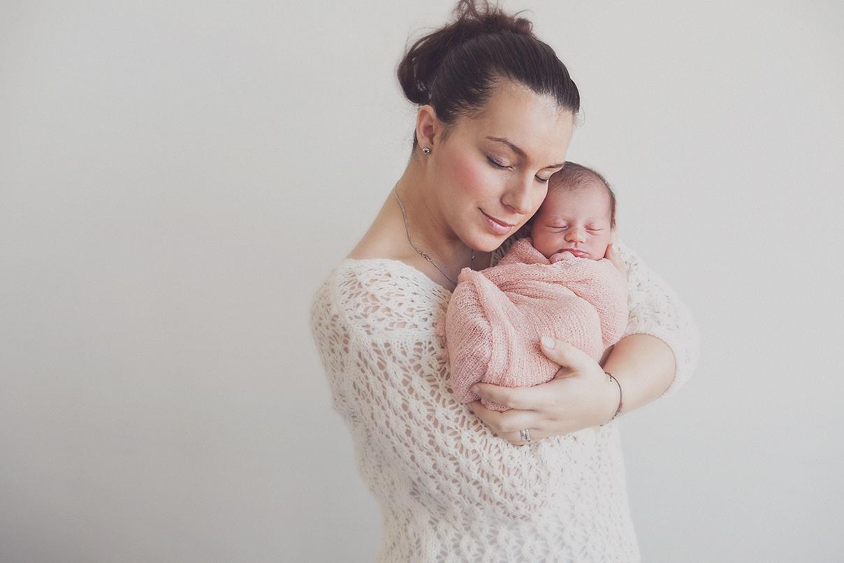 seance photo naissance bébé mere fille photographe maternité enfant famille lille tourcoing nord one moment photographie shooting - 2