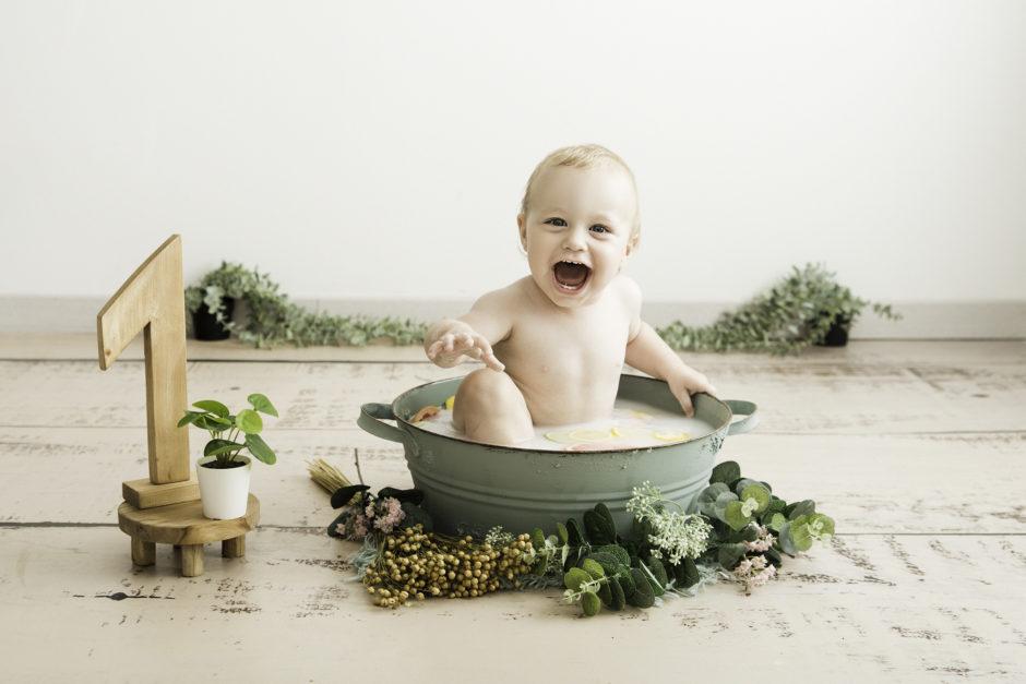séance 1 an sur Tourcoing pour bébé - bain de lait - One Moment Photographie