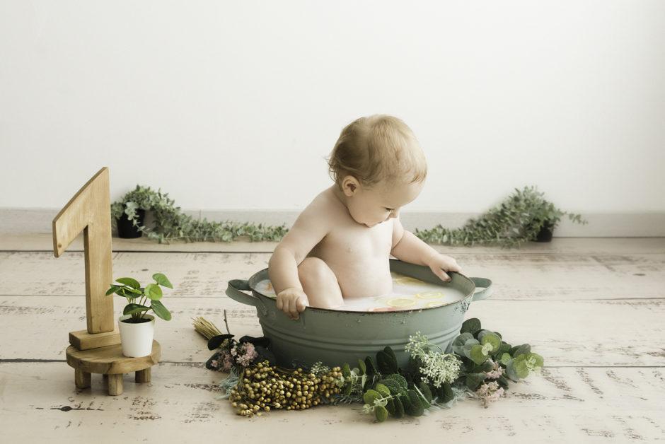 bébé qui prend un bain de lait en séance photo sur Lille