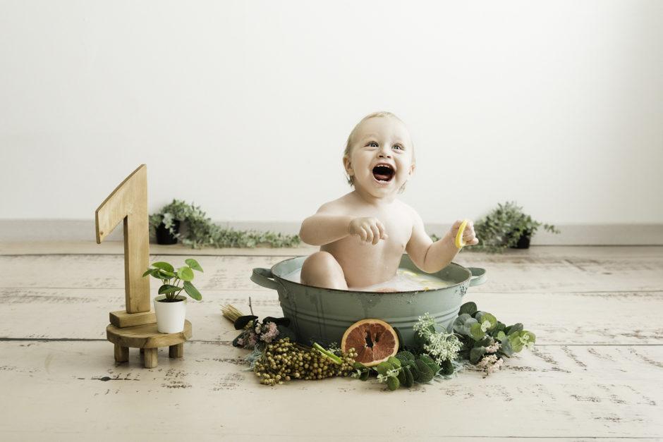 bébé dans une bassine pour une séance photo Lille