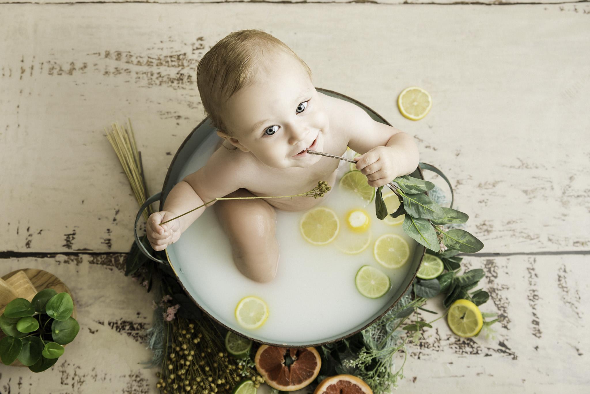 séance 1 an de bébé dans un bain de lait au studio photo One Moment Photographie