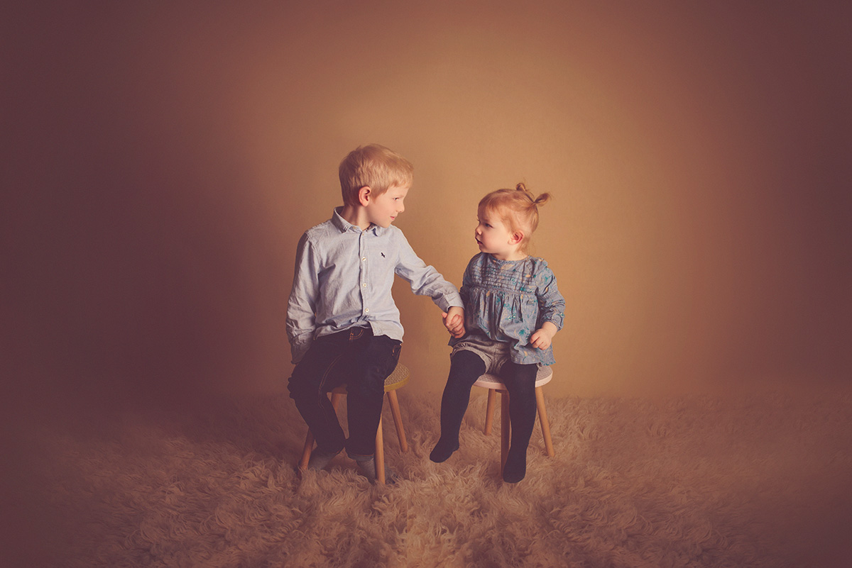 séance-enfants-amusante-amour-fraternelle-photographe-59-tourcoing-lille-nord