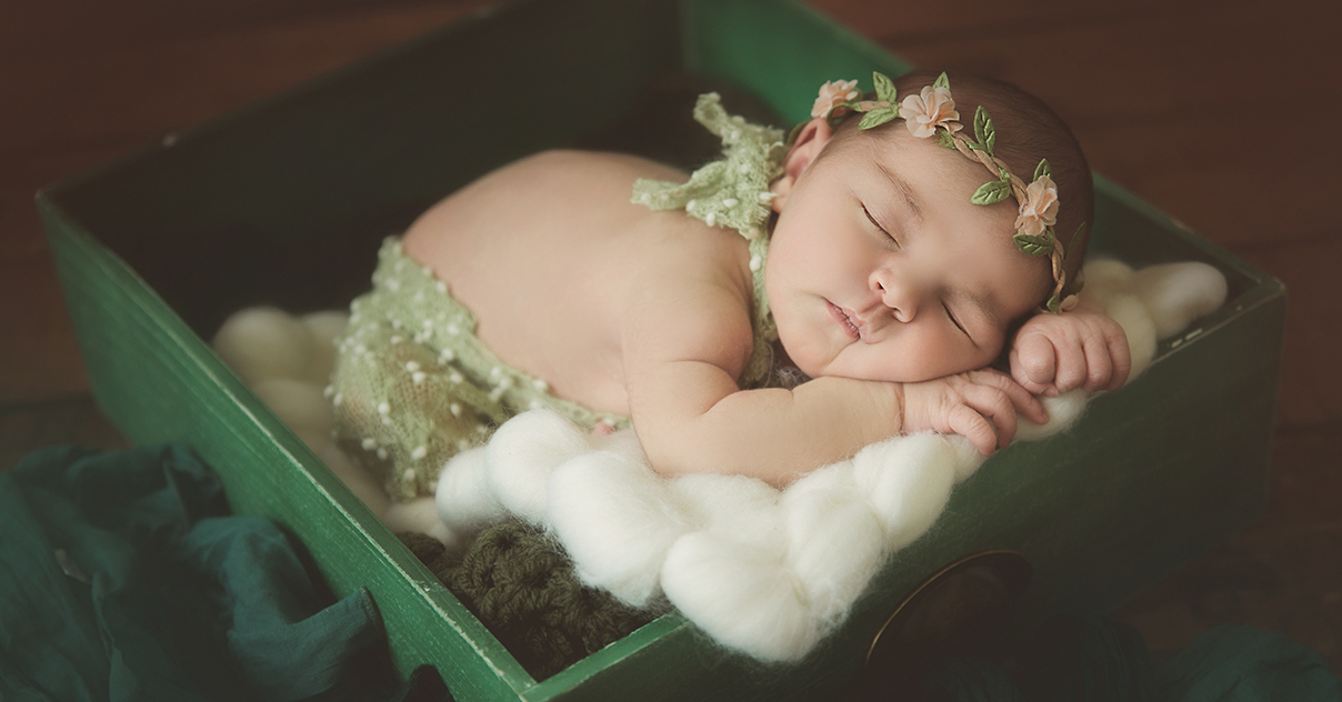 belle photo de nouveau né bébé dans un tiroir vert photo artistique sur lille