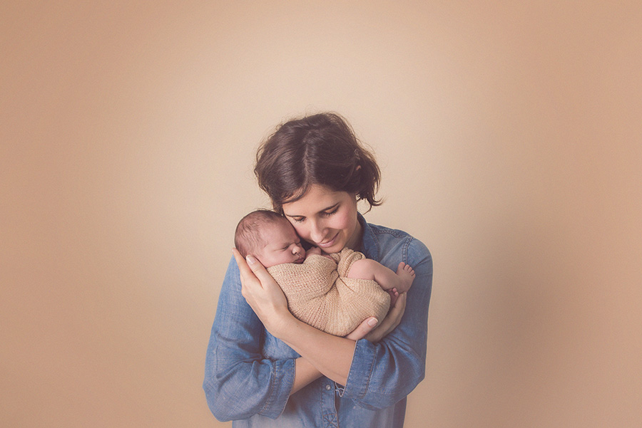 seance photo de naissance en studio avec maman bébé photographe de nouveau né sur tourcoing nord lille - one moment photographie