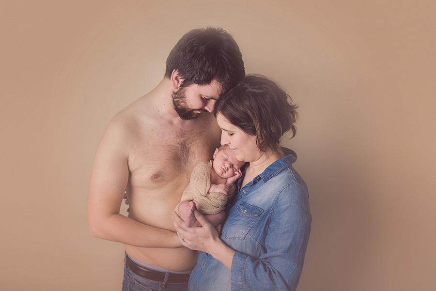 seance photo de naissance en studio avec parents photographe de nouveau né sur tourcoing nord lille - one moment photographie