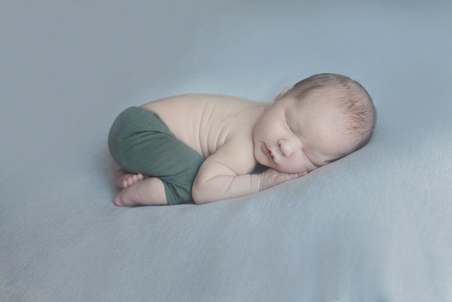 séance photo de naissance en studio photographe de nouveau né bébé sur tourcoing nord lille - one moment photographie