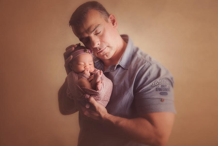 photo bébé papa en studio sur tourcoing photographe nouveau né nord one moment photographie (2)