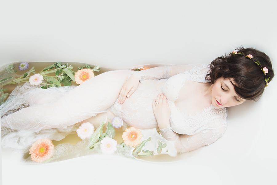 shooting-femme-enceinte-dans-une-baignoire-fleur-lait-robe-de-maternité-photographe-tourcoing-wambrechie-domicile (4)