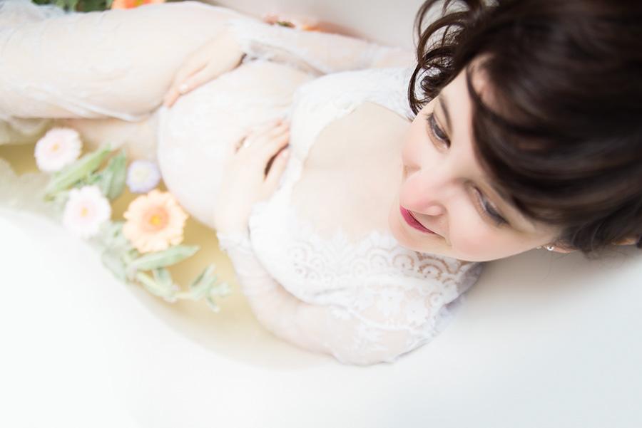 shooting-seance-photo-grossesse-dans-une-baignoire-fleur-lait-robe-de-maternité-photographe-tourcoing-wambrechie-domicile (5)