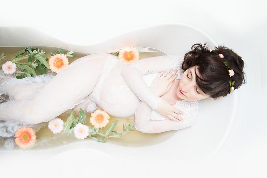 shooting-grossesse-à-domicile-dans-une-baignoire-fleur-lait-robe-de-maternité-photographe-tourcoing-wambrechie-domicile (6)